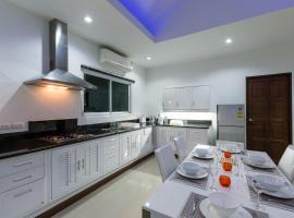 Private Pool Villa 4 bedrooms, hotel in Chalong