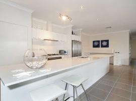 Penguin 4 Bedroom House by Shoalwater Executive Homes, hotel in Rockingham