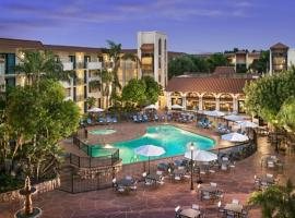Embassy Suites by Hilton Scottsdale Resort, golf hotel in Scottsdale