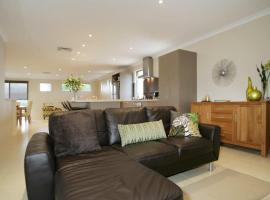 Seal 4 Bedroom House by Shoalwater Executive Homes, hotel in Rockingham