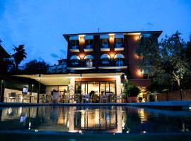 Hotel Al Caminetto, hotel near Baia delle Sirene Park, Torri del Benaco