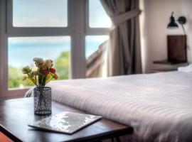 Zenitude Hôtel-Résidences Les Terrasses du Lac, golf hotel in Évian-les-Bains