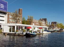 Modern Houseboat Apartment in Amsterdam with Terrace, bateau-hôtel à Amsterdam