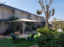 קיו וילג' - חוף פולג, מלון בנתניה