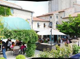 Logis Hostellerie de l'Abbaye、Celles-sur-Belleのホテル