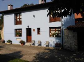 Casa Rural Casa Azul, farm stay in Villahormes