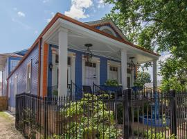The Big Blue House in the Marigny, guest house in New Orleans