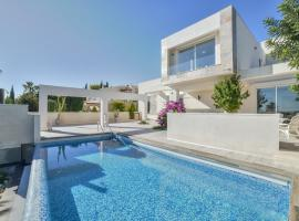 Villa Royale modern and new with a touch of antiques, cottage in Calpe