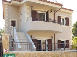 Regina Apartments, hotel near Makris Gialos Beach, Lassi
