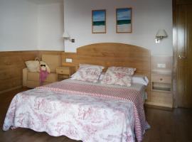 Hostal Casa Isabel, hotel cerca de Playa Caneliñas, Portonovo