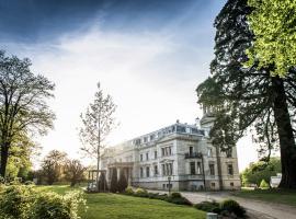 Schloss Kaarz mit Park, Hotel in Kaarz