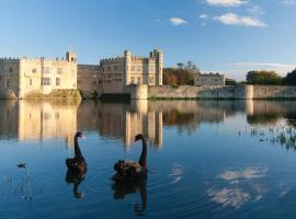 Stable Courtyard Bedrooms At Leeds Castle, hotel near Maidstone Services M20, Maidstone