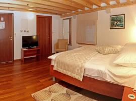 Hotel Monika, hotel near Trogir City Hall, Trogir