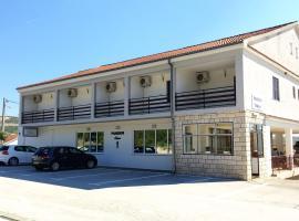 Rooms & Pansion Odmor, hotel in Rovanjska