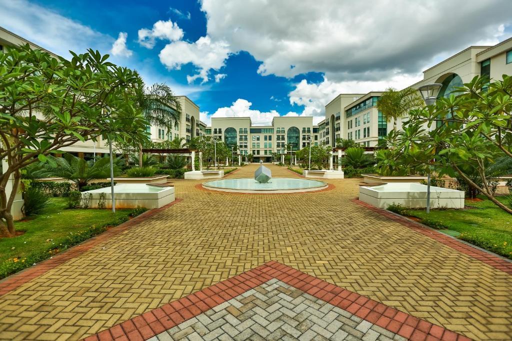 A garden outside Quality Hotel & Suites Brasília