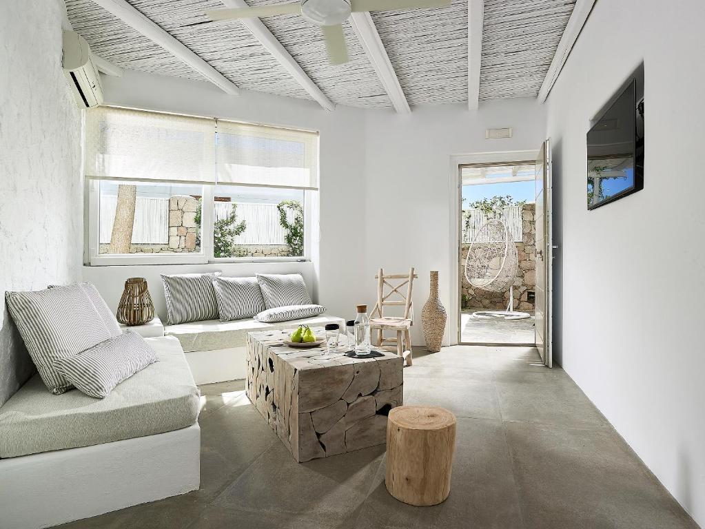 A seating area at Delmar Apartments & Suites Milos