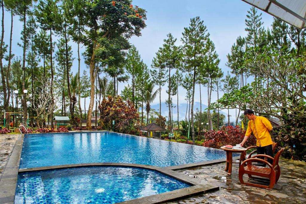 The swimming pool at or close to Jambuluwuk Convention Hall & Resort Puncak