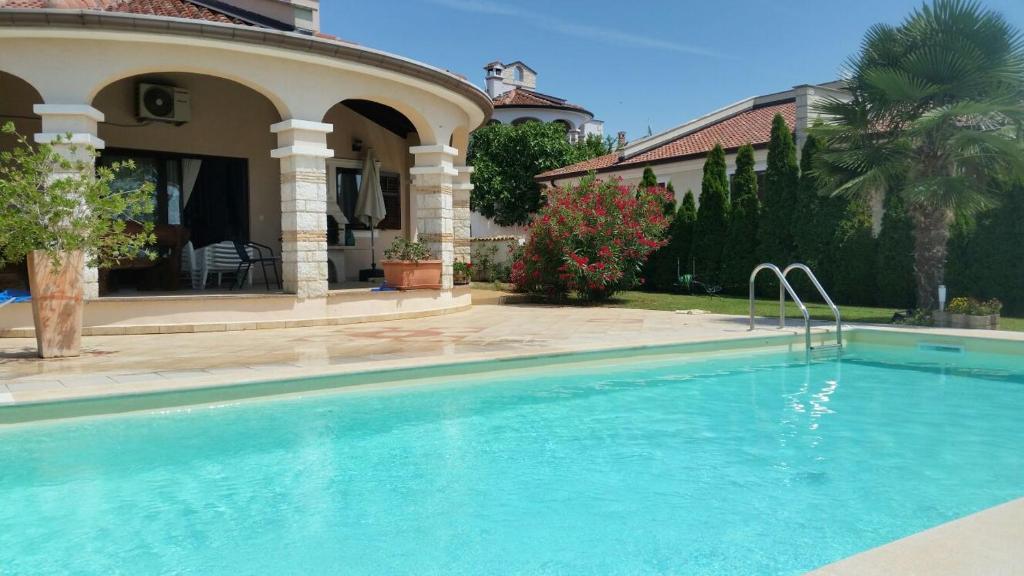 Piscina di Villa Parenzo o nelle vicinanze