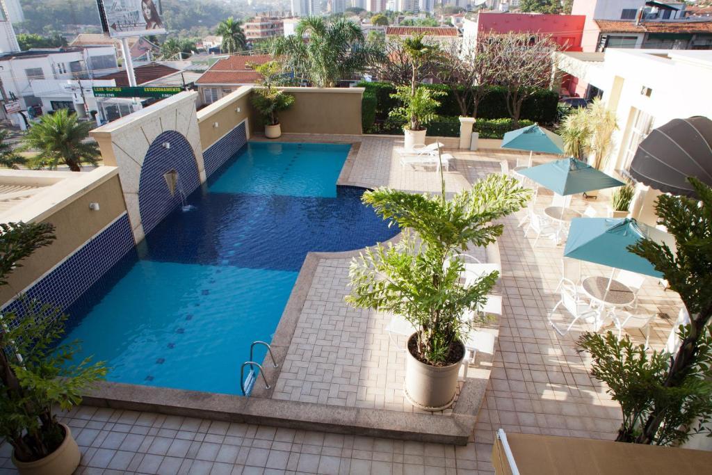 Uma vista da piscina em Araucaria Plaza ou nos arredores