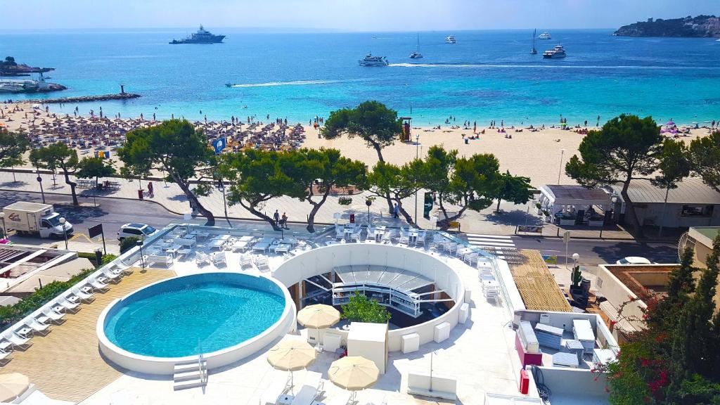 Utsikt över poolen vid FERGUS Style Palmanova - Adults Only eller i närheten