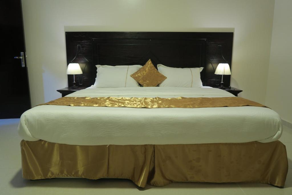 Cama ou camas em um quarto em مطل ابها للاجنحة الفندقية