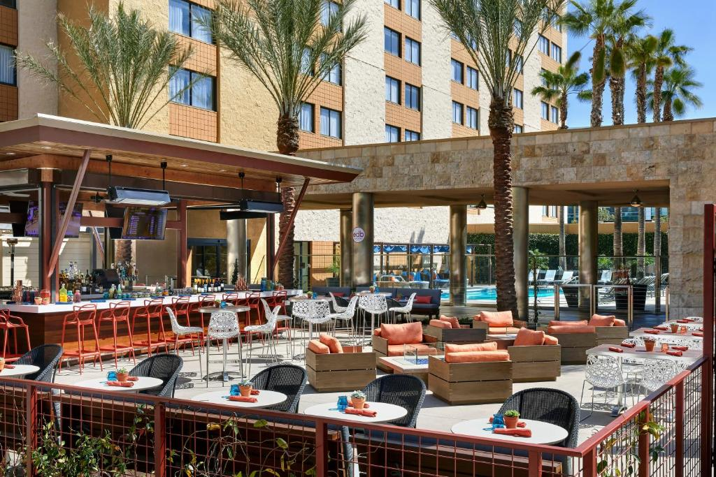 A restaurant or other place to eat at Los Angeles Marriott Burbank Airport