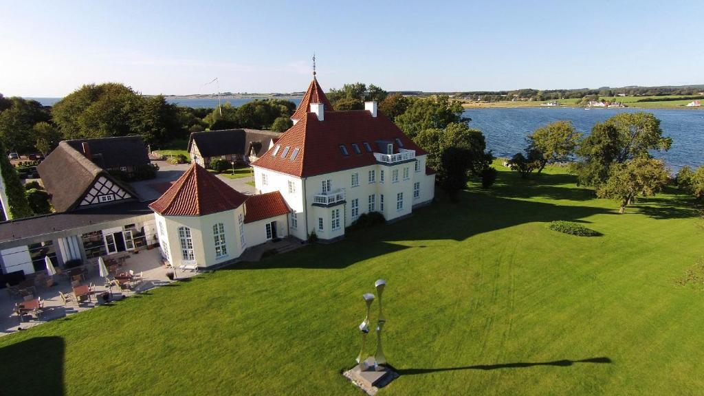 Et luftfoto af Gl. Avernæs Sinatur Hotel & Konference