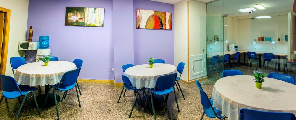 A restaurant or other place to eat at Residencia Sants