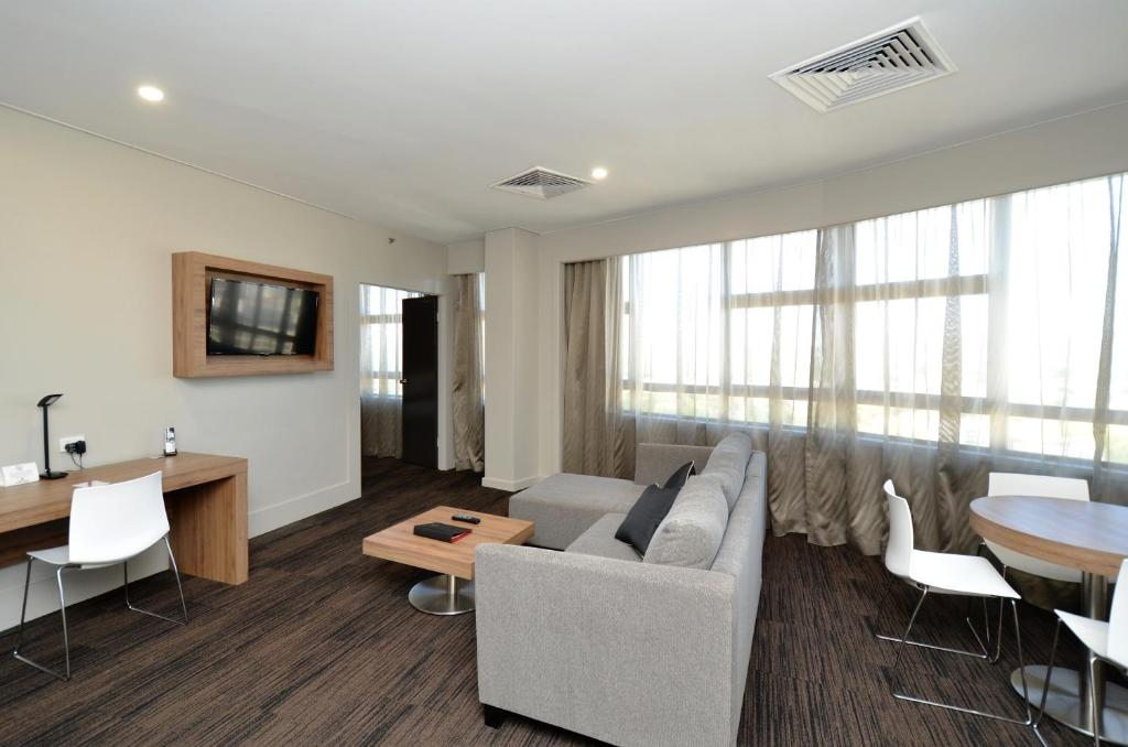 A seating area at Hotel Grand Chancellor Townsville