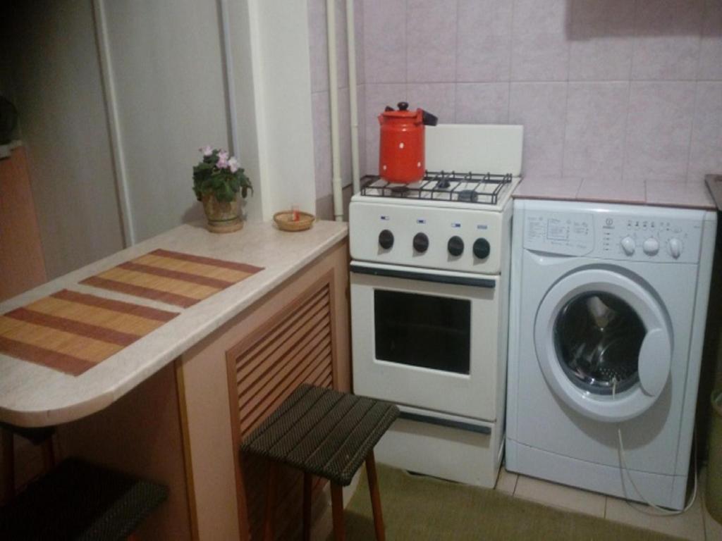 Кухня или мини-кухня в Apartment on Gubina