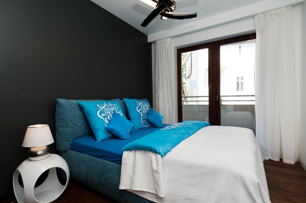Łóżko lub łóżka w pokoju w obiekcie apartamenty ANGEL CENTRUM