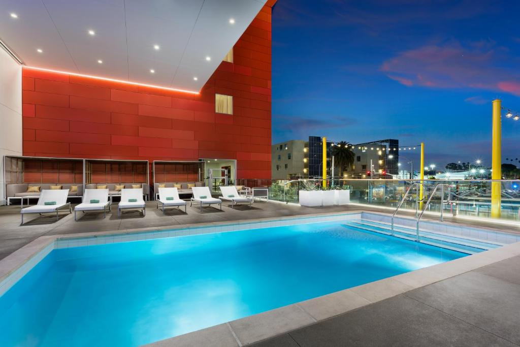 The swimming pool at or close to Courtyard by Marriott Santa Monica