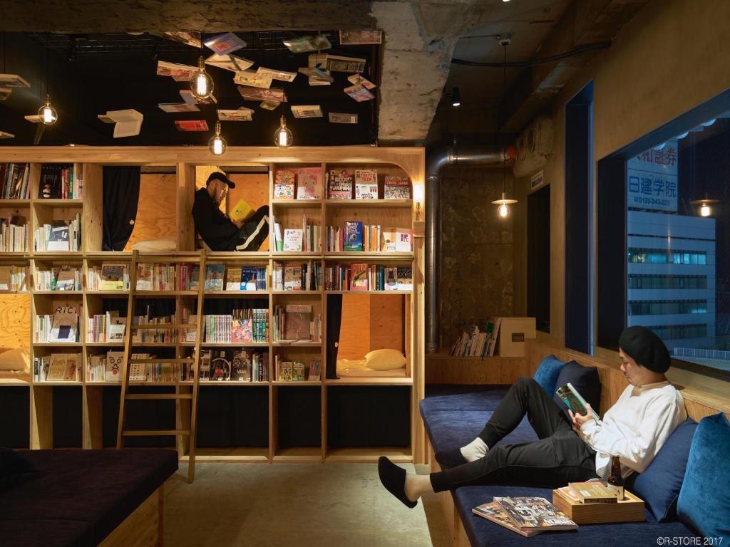 ホステルにある図書室