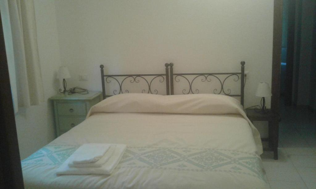 A bed or beds in a room at B&B S'Archiotta