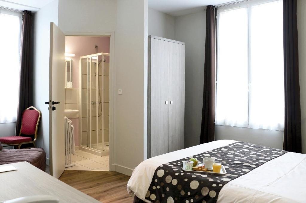 A bed or beds in a room at Hotel de la Place