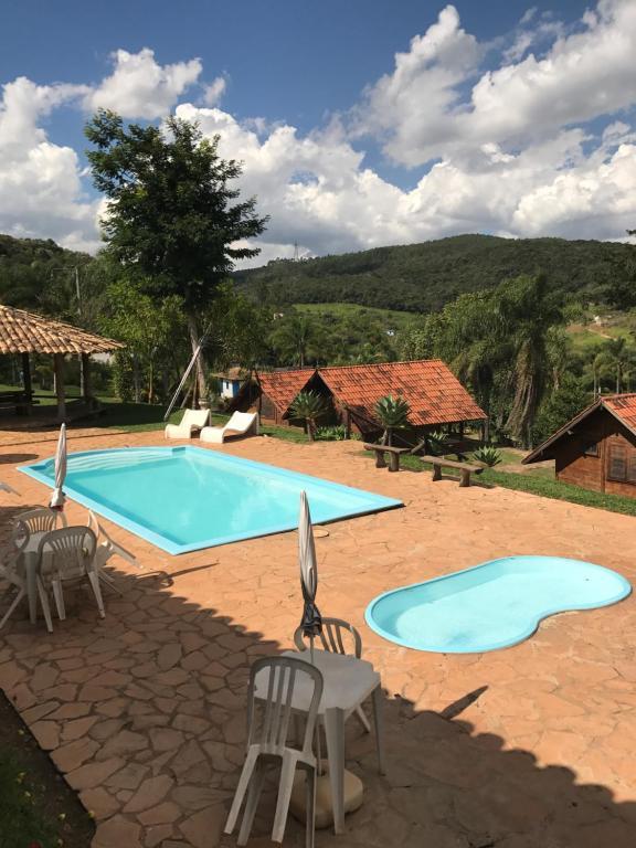 The swimming pool at or near Pousada Gota de Minas