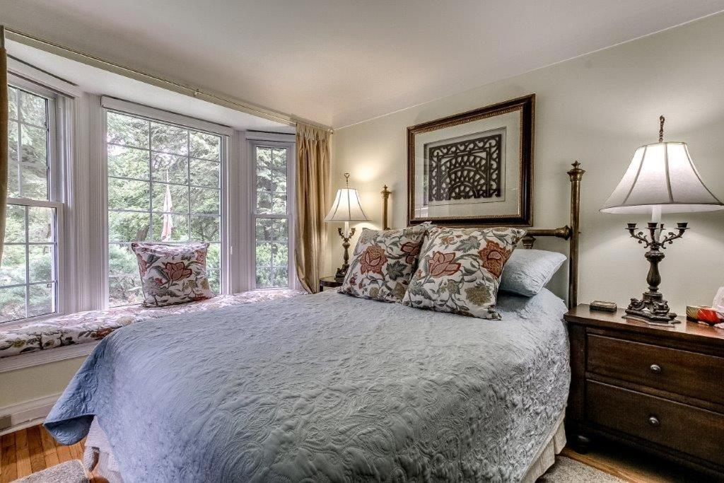 A bed or beds in a room at Dover House B&B