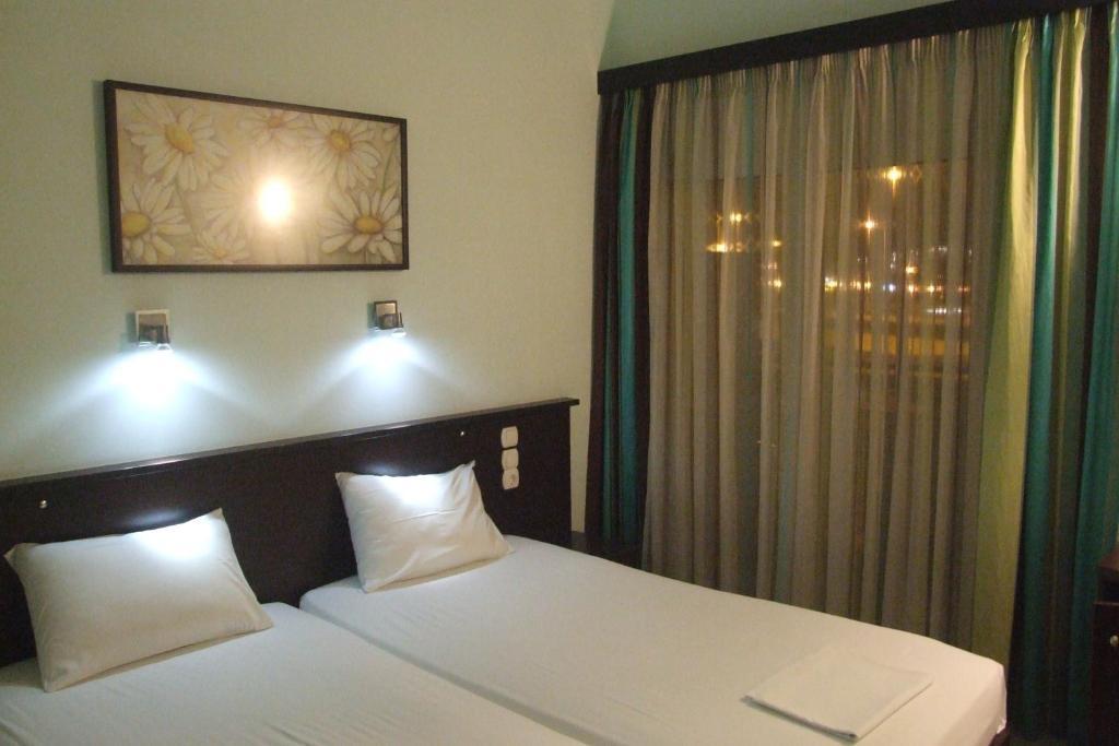 Кровать или кровати в номере Hotel Georgios