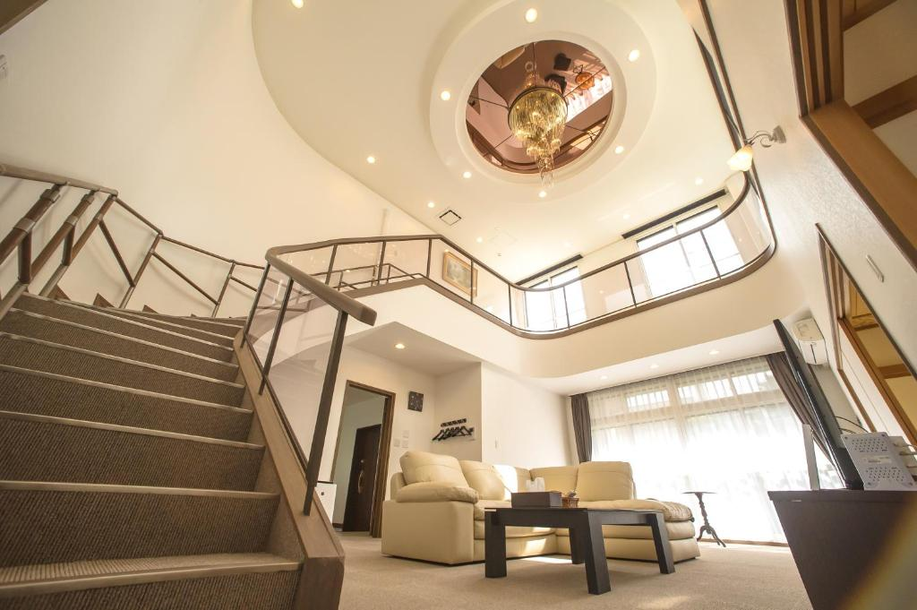 A seating area at Condominium Panoramique Motomachi