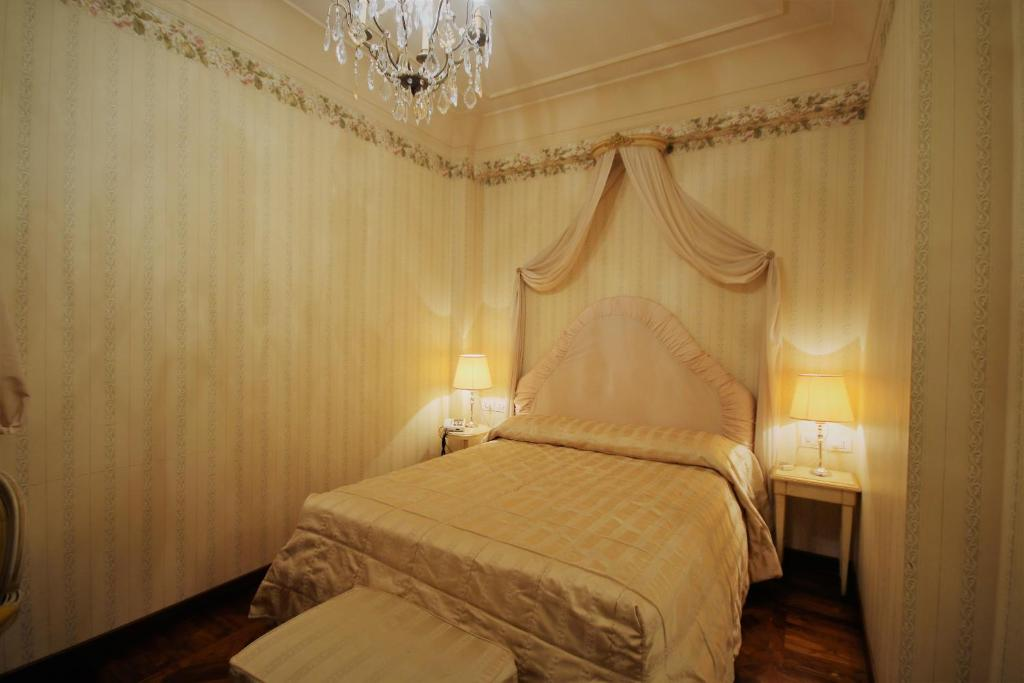 A bed or beds in a room at Albergo Tre Pozzi