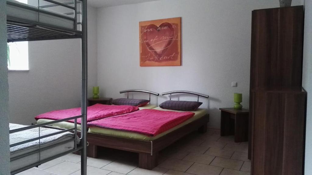 Ein Bett oder Betten in einem Zimmer der Unterkunft  Feriendomizil Roger Wohnung 1