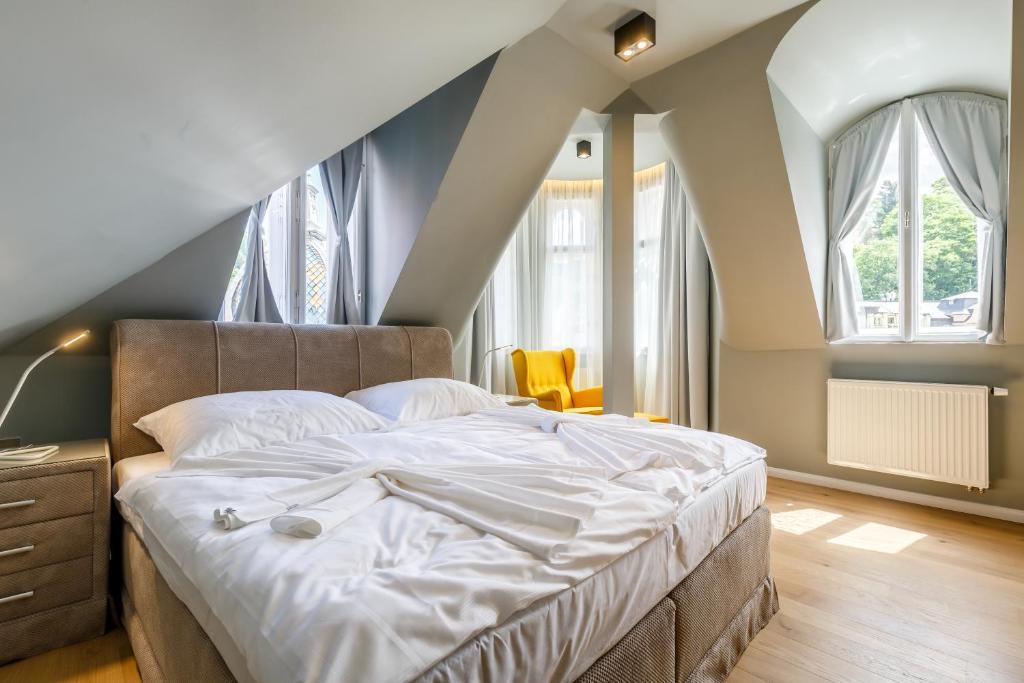 Postel nebo postele na pokoji v ubytování Apartments Bohemia Rhapsody