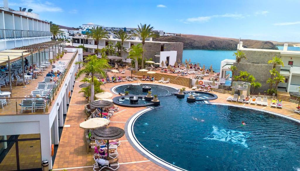 A view of the pool at Hotel THe Mirador Papagayo or nearby