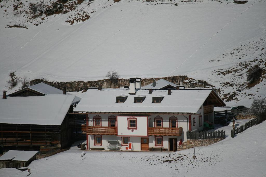 Agriturismo Maso Larciunei during the winter