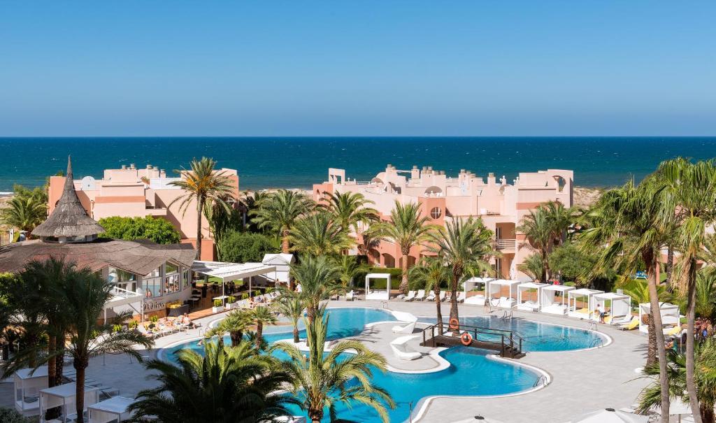 Ein Blick auf den Pool von der Unterkunft Oliva Nova Beach & Golf Hotel oder aus der Nähe