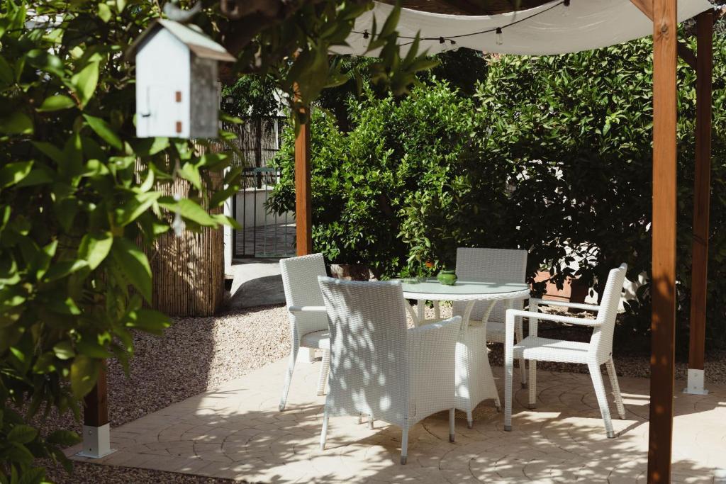 Un restaurante o sitio para comer en Apartamentos Casa Torres - Adults Only