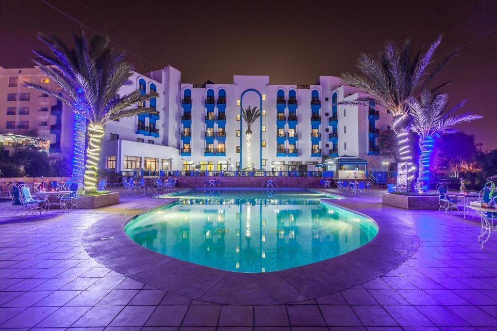 Бассейн в Oasis Hotel & Spa или поблизости