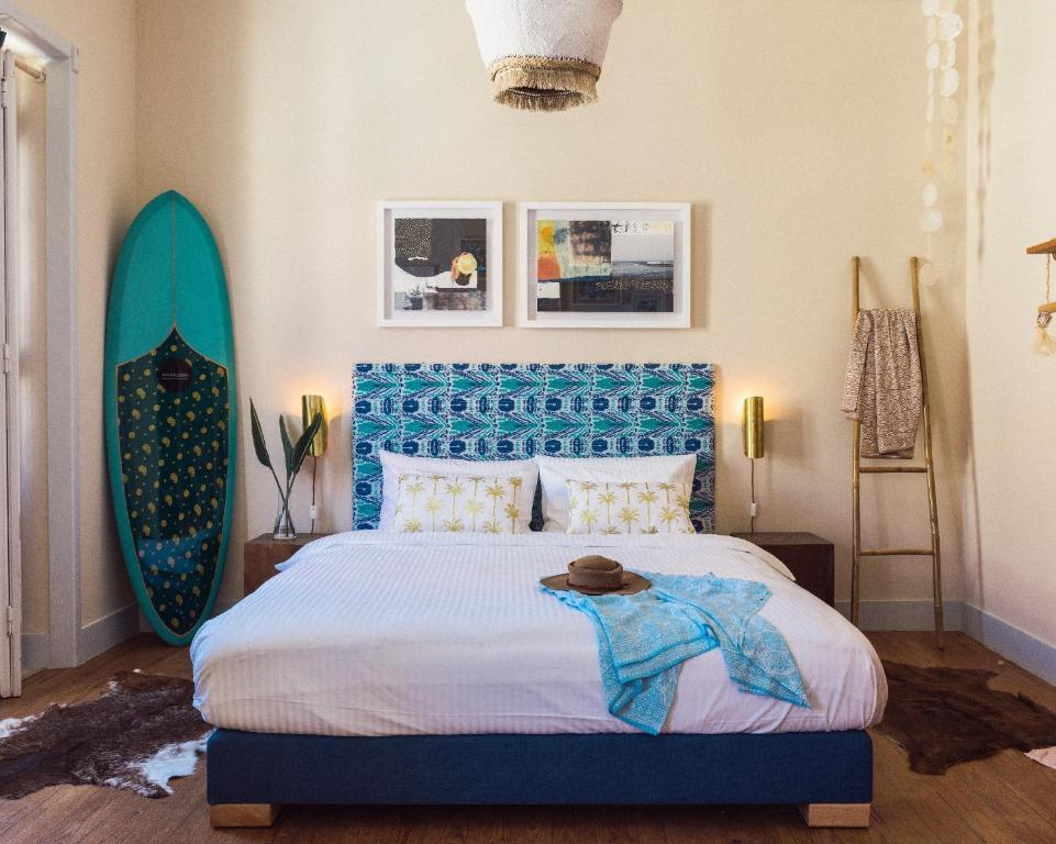 A bed or beds in a room at Aktion Ericeira Lodge