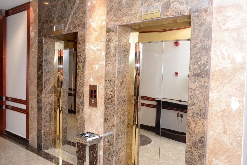 Um banheiro em Topaz Furnished Apartments