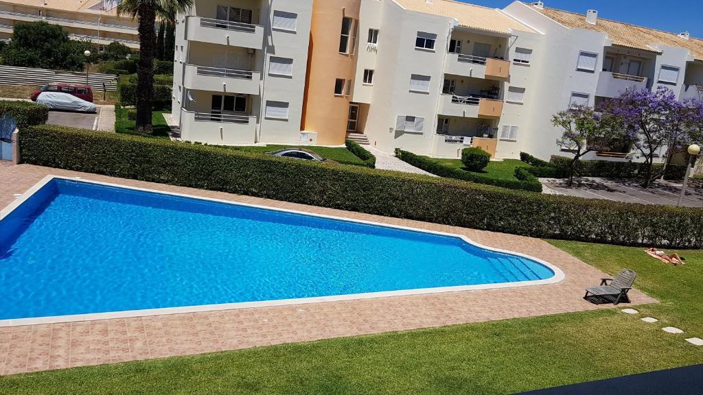 The swimming pool at or near Edificio Falésia Marina 2